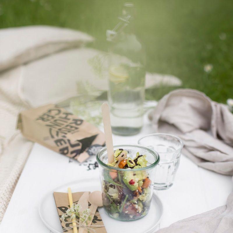 Picknick mit Reissalat und weißem Schokoladenmilchreis mit Erdbeeren