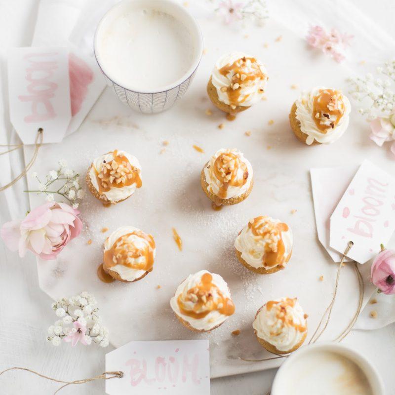 Mini Cupcakes mit Sahne und Karamellsoße