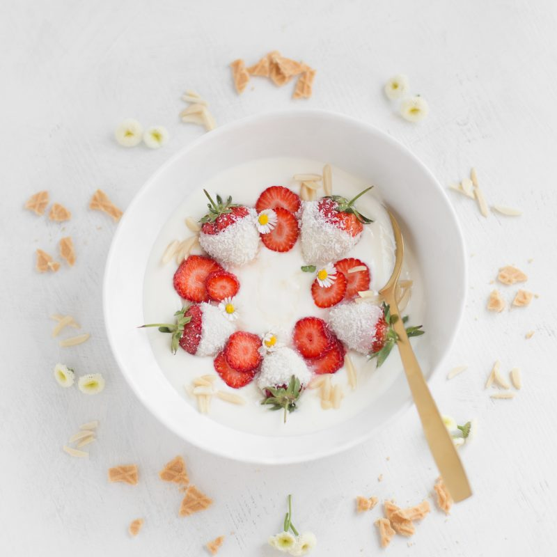 Holunderjoghurt mit Erdbeeren