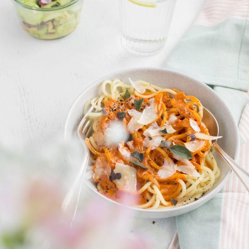 Pasta mit cremiger Sahnesoße & Gurkensalat