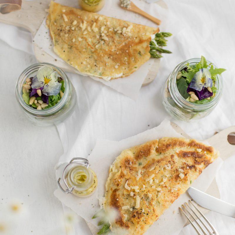 Gefüllte Spargelpfannkuchen & Wildkräutersalat