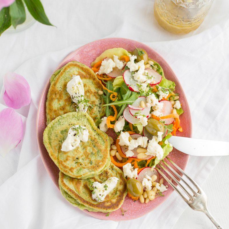 Basilikumpancakes mit Salat & Maracuja Cooler
