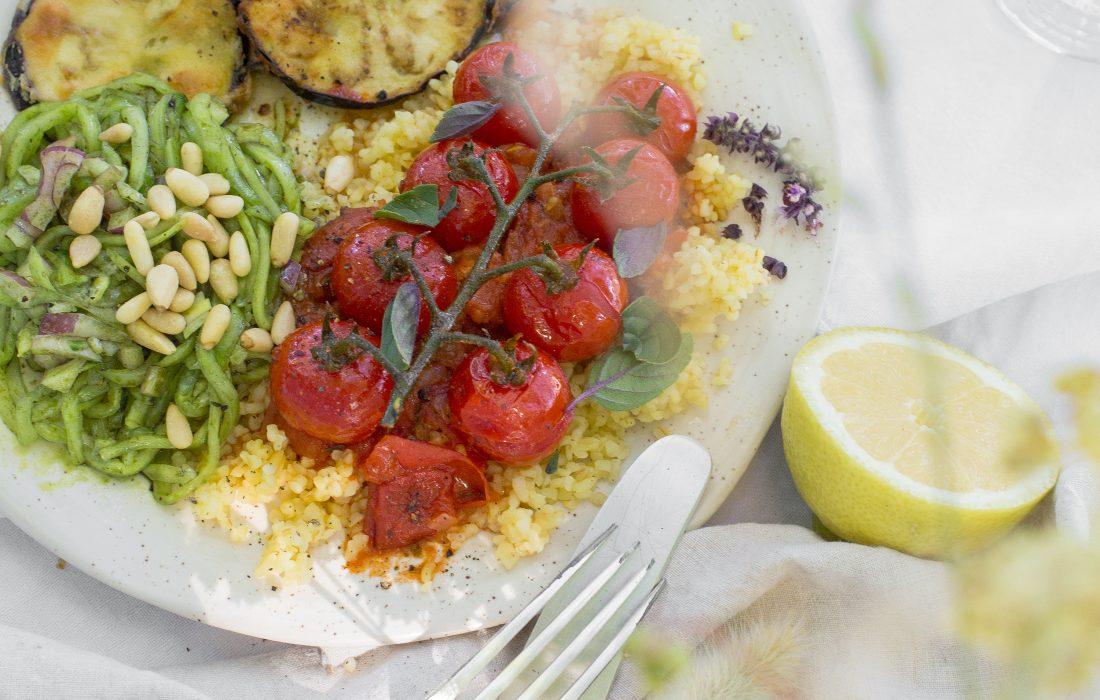 Ausgebackene Auberginentaler mit Bulgur, Tomatemsoße und Gurkensalat