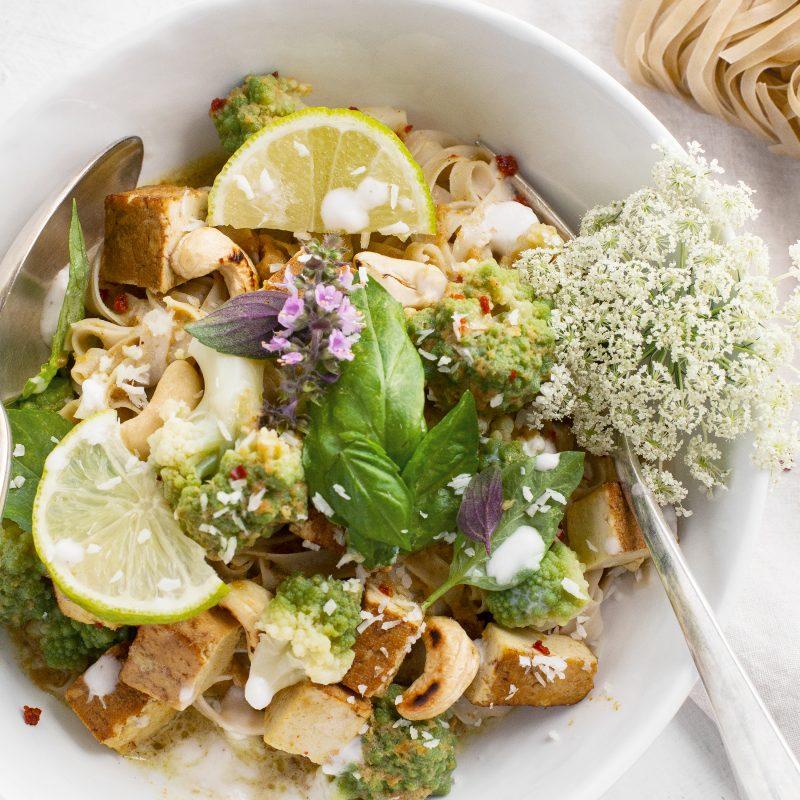 Easy veganes grünes Curry mit braunen Reisnudeln und Romanesco