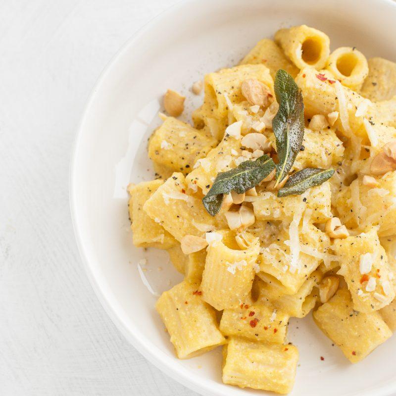 Pasta mit veganer Butternutkürbis-Cashewsoße und Salbei