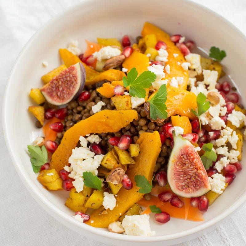 Lauwarmer bunter Salat aus Linsen und Crown Prince Kürbis