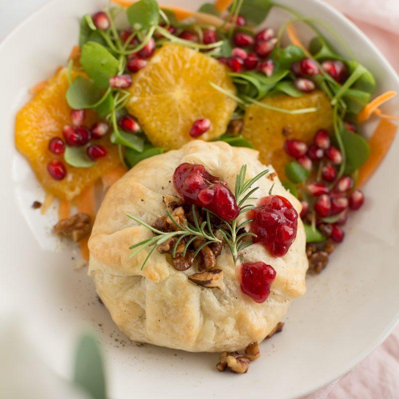 Camembert im Blätterteig mit Preiselbeeren & Wintersalat