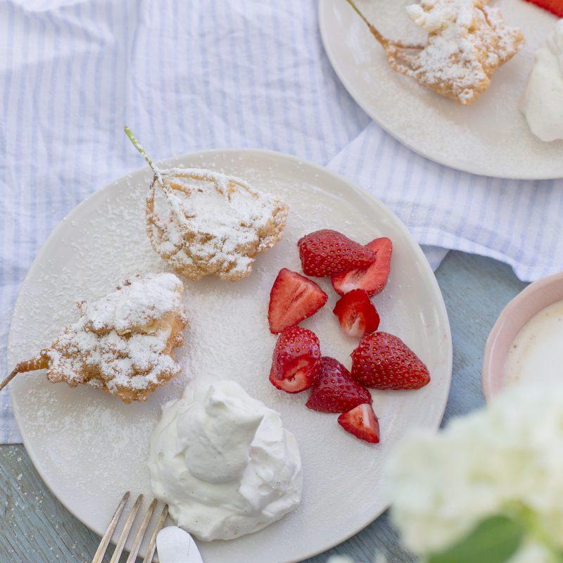 Ausgebackene Holunderblüten mit Erdbeeren und Vanillesahne