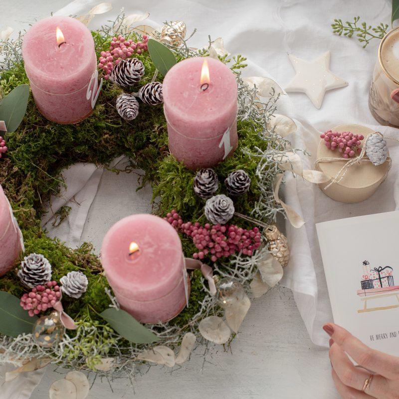 Adventskranz aus Moos mit Silberblatt und rosa Pfeffer  DIY