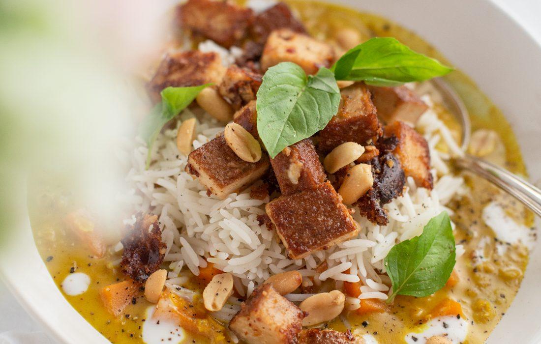 Veganes Süßkartoffel Curry mit Reis und mariniertem Tofu