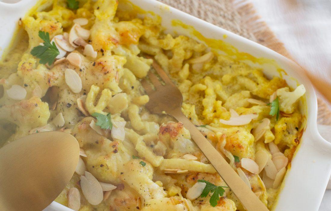 Spätzleauflauf mit Curry-Blumenkohl und Käse überbacken